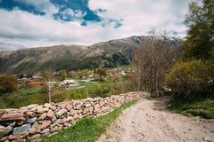 Steinzaun Along eine Landschafts-Straße nahe Sioni-Dorf in Kazbegi Stockfotos