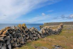 Steinzaun auf der Atlantikküste von Irland Lizenzfreies Stockfoto