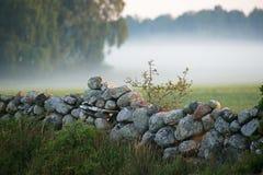 Steinzaun mit Nebel im background.TN Stockfoto