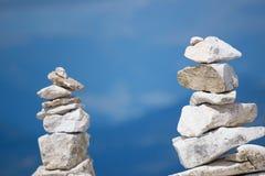 Steinzeichen auf Gebirgsweg Lizenzfreies Stockfoto