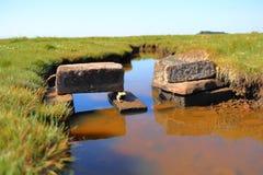 Steinziegelstein über dem Wasser stockfotos