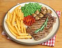 Stek av fransyska & Chips Dinner Plate Royaltyfri Bild