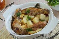 Stek från en potatis och en höna Arkivbild