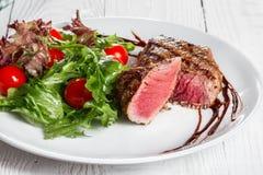 Stek i sałatka na talerzu Zdjęcie Stock