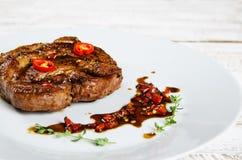 Stek na bielu talerzu z chili zdjęcia stock