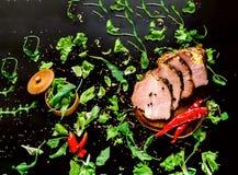 Stek na czarnym tle z zieleniami i prostacką solą obrazy stock