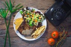 stek na stołowym drewnianym tle Zdjęcie Royalty Free