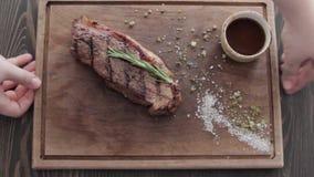 Stek na Tnącej desce w restauraci zdjęcie wideo