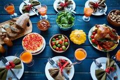 stek Turkiet med grönsak- och vinexponeringsglas royaltyfri fotografi