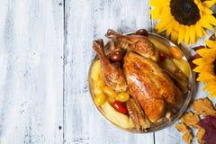 stek Turkiet med gr?nsak- och vinexponeringsglas arkivfoto