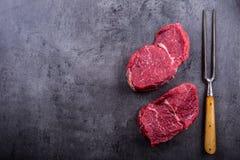 Stek wołowina surowy stek Świeży surowy polędwicy wołowiny stek pokrajać o ziele - Rozmarynowa dekoracja Fotografia Royalty Free