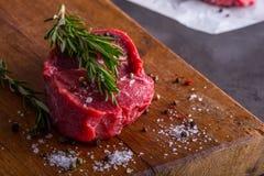 Stek wołowina surowy stek Świeży surowy polędwicy wołowiny stek pokrajać o ziele - Rozmarynowa dekoracja Fotografia Stock