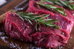 Stek wołowina surowy stek Świeży surowy polędwicy wołowiny stek pokrajać o ziele - Rozmarynowa dekoracja Zdjęcie Stock