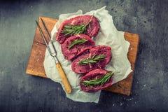 Stek wołowina surowy stek Świeży surowy polędwicy wołowiny stek pokrajać o ziele - Rozmarynowa dekoracja Zdjęcia Stock
