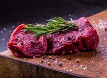 Stek wołowina surowy stek Świeży surowy polędwicy wołowiny stek pokrajać o ziele - Rozmarynowa dekoracja Obrazy Royalty Free