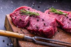 Stek wołowina surowy stek Świeży surowy polędwicy wołowiny stek pokrajać o ziele - Rozmarynowa dekoracja Obrazy Stock