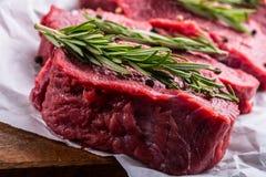 Stek wołowina surowy stek Świeży surowy polędwicy wołowiny stek pokrajać o ziele - Rozmarynowa dekoracja Obraz Royalty Free