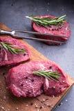 Stek wołowina surowy stek Świeży surowy polędwicy wołowiny stek pokrajać o ziele - Rozmarynowa dekoracja Zdjęcia Royalty Free