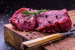 Stek wołowina surowy stek Świeży surowy polędwicy wołowiny stek pokrajać o ziele - Rozmarynowa dekoracja Obraz Stock
