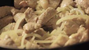 Steka kött med grönsaker, hotpot på ett hem- kök stock video