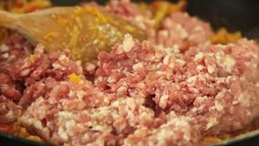 Steka kött och att laga mat Bolognese spagettipasta och ost arkivfilmer