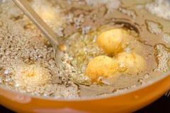 Steka köttbullar i olivolja i en skovod, processen av att laga mat köttbullar fotografering för bildbyråer