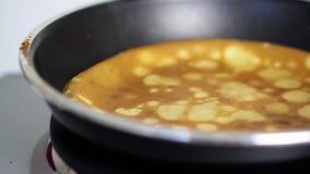 Steka pannkakan på stekpannan lager videofilmer