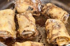 Steka rullande välfyllda pannkakor i varm olja Royaltyfri Fotografi