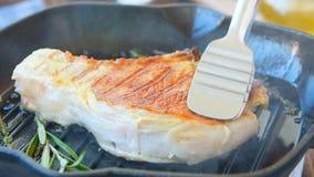 Steka smakligt kött med kryddan stock video