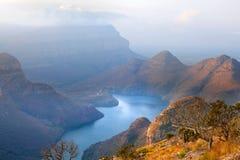 Steken de het de Canion blauwe meer en bergen van de Blyderivier in de wolken in zonsondergang achtergrond, Zuid-Afrika aan royalty-vrije stock foto