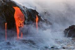 Stekflott för smält lava in i havet fotografering för bildbyråer