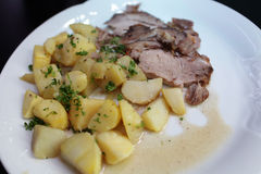 Stekgriskött med potatisar Royaltyfria Bilder