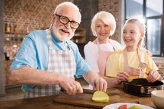 Stekhet äppelpaj för familj arkivbilder