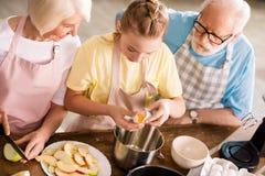Stekhet äppelpaj för familj arkivbild