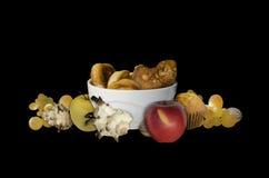 Stekhet applesÂ-och shellsÂmolluskspå svart bakgrund Fotografering för Bildbyråer