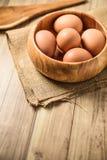 Stekhet begreppsbakgrund Köksgeråd och stekheta ingredienser: ägg och mjöl på wood bakgrund Royaltyfri Bild