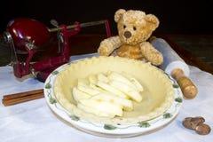 Stekhet björn med äppelpajen Arkivbild