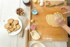 Stekhet ingrediens på trätabellträdanandedeg för kaka royaltyfri fotografi