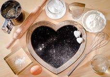 Stekhet ingrediensbakgrund, bräde i form av hjärta, stekhett begrepp, älskar jag för att laga mat, mig älskar ugnskakor, menyer,  Royaltyfria Foton