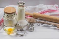 Stekhet kaka Degreceptingredienser och kavel Royaltyfri Bild