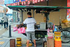 Stekhet kastanj för försäljare på ett gatalager Arkivfoto