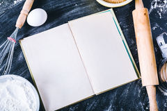 Stekhet mörk bakgrund med den tomma kockboken arkivbilder