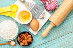 Stekhet muffin med ingredienser och hjälpmedel Fotografering för Bildbyråer