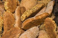 stekheta bakelser och bröd i en ugn på ett bageri arkivbild