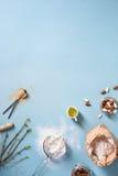 Stekheta ingredienser över köksbordet Mjöl mandlar, olja, socker, kanel Ovanför sikt kopieringsutrymme Royaltyfri Fotografi