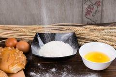 Stekheta ingredienser för framställning av bröd Royaltyfri Fotografi