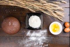Stekheta ingredienser för framställning av nytt bröd Arkivfoton