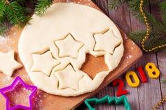 Stekheta ingredienser för jul och kakor för ` s för nytt år arkivbild