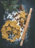 Stekheta ingredienser för jul semestrar den traditionella pepparkakakakaförberedelsen, svart bakgrund arkivbilder