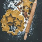Stekheta ingredienser för jul semestrar den traditionella pepparkakakakaförberedelsen, svart bakgrund arkivfoton